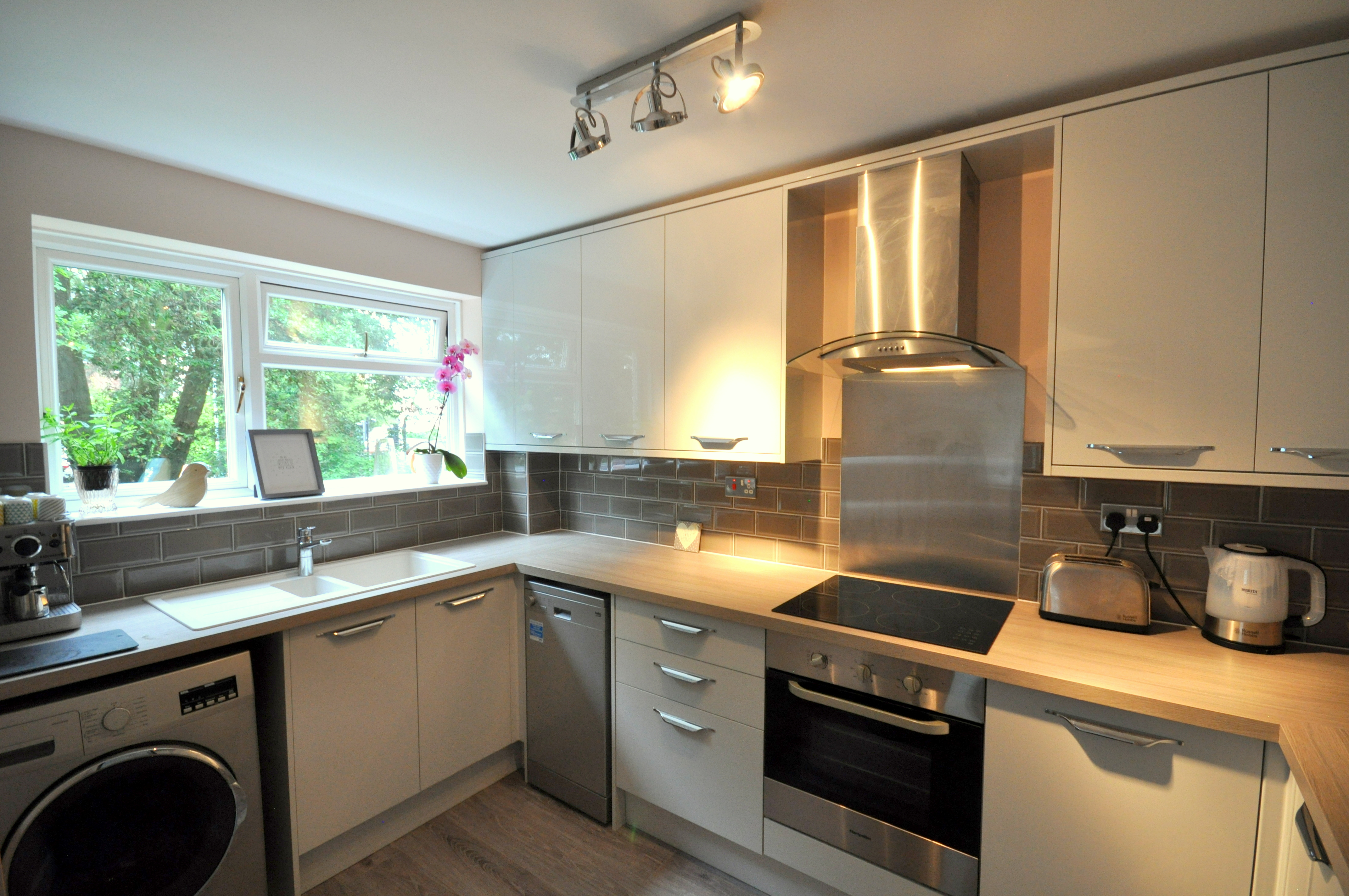 Champion kitchen fitters installed this modern new kitchen in Poole